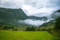 Μια όμορφη πράσινη κοιλάδα βουνών κοντά σε Rosendal στη Νορβηγία Τοπίο φθινοπώρου στο εθνικό πάρκο Folgefonna στοκ εικόνα με δικαίωμα ελεύθερης χρήσης