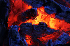 Μια όμορφη πυρκαγιά βραδιού που λειώνει μακριά με τους κόκκινους άνθρακες στοκ εικόνα