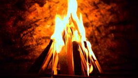 Μια όμορφη πυρκαγιά νύχτας φιλμ μικρού μήκους