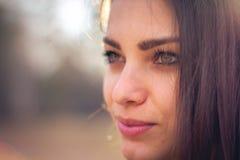 Μια όμορφη τοποθέτηση κοριτσιών brunette σε έναν τομέα στο φθινόπωρο Φωτογραφία τέχνης στοκ φωτογραφίες