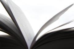 Μια όμορφη φωτογραφία ενός ανοικτού βιβλίου Ανάγνωση και λογοτεχνία Σελίδες στον αέρα Στοκ Εικόνες