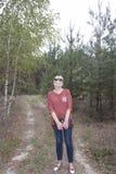 Μια ώριμη γυναίκα στο δάσος στοκ εικόνες