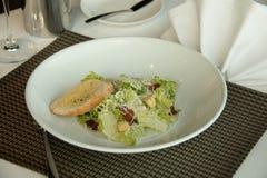 Μια caesar σαλάτα πιάτων με croutons Στοκ φωτογραφία με δικαίωμα ελεύθερης χρήσης