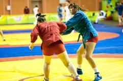 Μιγάς ή μόνος-υπεράσπιση χωρίς όπλα. Κορίτσια ανταγωνισμών… … Στοκ Φωτογραφία