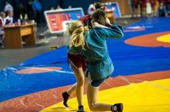 Μιγάς ή μόνος-υπεράσπιση χωρίς όπλα. Κορίτσια ανταγωνισμών Στοκ Εικόνες