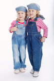 Μικρά δίδυμα κορίτσια που απομονώνονται στο άσπρο υπόβαθρο Στοκ Εικόνες