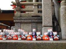 Μικρά αγάλματα αλεπούδων στη λάρνακα Fushimi Inari, Κιότο Ιαπωνία στοκ εικόνα