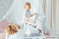 Μικρά αγόρια που έχουν την πάλη μαξιλαριών στοκ φωτογραφίες