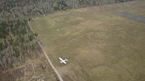 Μικρά αεροσκάφη προωστήρων που πετούν κοντά στο διάδρομο αερολιμένων πόλεων απόθεμα βίντεο