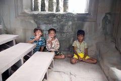 Μικρά ασιατικά αγόρια που θέτουν στο ναό Angkor Wat Στοκ Εικόνα