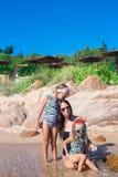 Μικρά λατρευτά κορίτσια και ευτυχής μητέρα κατά τη διάρκεια Στοκ Φωτογραφίες