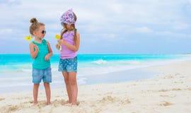 Μικρά λατρευτά κορίτσια κατά τη διάρκεια της τροπικής παραλίας Στοκ Φωτογραφία