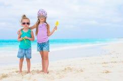 Μικρά λατρευτά κορίτσια κατά τη διάρκεια της τροπικής παραλίας Στοκ εικόνα με δικαίωμα ελεύθερης χρήσης