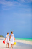 Μικρά λατρευτά κορίτσια στην άσπρη παραλία Στοκ εικόνες με δικαίωμα ελεύθερης χρήσης