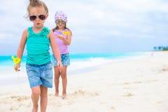Μικρά λατρευτά κορίτσια στην άσπρη τροπική παραλία Στοκ Εικόνες