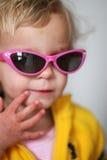 μικρά γυαλιά ηλίου κοριτσιών Στοκ Εικόνες