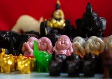 Μικρά ειδώλια του Βούδα, Ganesha, βάτραχος στην αγορά των bazaars στην Ινδία στοκ φωτογραφίες με δικαίωμα ελεύθερης χρήσης