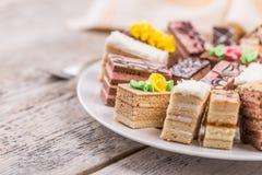 Μικρά ζωηρόχρωμα γλυκά κέικ Στοκ φωτογραφία με δικαίωμα ελεύθερης χρήσης