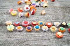 Μικρά, ζωηρόχρωμα λουλούδια εγγράφου που γίνονται με η τεχνική Στοκ Φωτογραφία