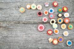 Μικρά, ζωηρόχρωμα λουλούδια εγγράφου που γίνονται με η τεχνική Στοκ φωτογραφία με δικαίωμα ελεύθερης χρήσης