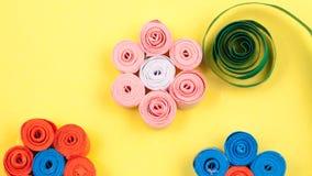 Μικρά, ζωηρόχρωμα λουλούδια εγγράφου Στοκ εικόνες με δικαίωμα ελεύθερης χρήσης