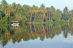 Μικρά ινδικά επιπλέοντα σώματα βαρκών στον τροπικό ποταμό στοκ φωτογραφίες