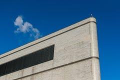 Μικρά κάμερα παρακολούθησης που τοποθετούνται επάνω σε ένα πολύ υψηλό κτήριο στην πόλη της Νέας Υόρκης, Νέα Υόρκη, ΗΠΑ στοκ εικόνα με δικαίωμα ελεύθερης χρήσης