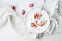 Μικρά κέικ μαρέγκας pavlova φραουλών και φυστικιών με την κρέμα mascarpone Στοκ φωτογραφίες με δικαίωμα ελεύθερης χρήσης
