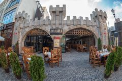 Μικρά και γραφικά πεζούλια οδών με τους τουρίστες, Βουκουρέστι, Στοκ Εικόνα