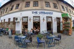 Μικρά και γραφικά πεζούλια οδών με τους τουρίστες, Βουκουρέστι, Στοκ Φωτογραφία