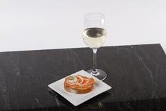 Μικρά καναπεδάκια με τον τόνο και την κάπαρη, ντομάτα και mozarella, σολομός και κρεμμύδια στοκ φωτογραφίες με δικαίωμα ελεύθερης χρήσης