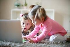 Μικρά κορίτσια και lap-top στοκ εικόνες με δικαίωμα ελεύθερης χρήσης