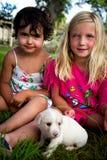 Μικρά κορίτσια με το κουτάβι Στοκ φωτογραφία με δικαίωμα ελεύθερης χρήσης