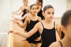 Μικρά κορίτσια που δίνουν προσοχή στην κατηγορία χορού στοκ φωτογραφίες