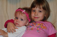 Μικρά κορίτσια που θέτουν για το φωτογράφο στοκ φωτογραφία