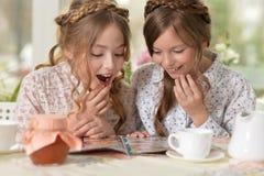 Μικρά κορίτσια που διαβάζουν ένα περιοδικό Στοκ Φωτογραφίες