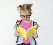 Μικρά κορίτσια που διαβάζουν την έννοια βιβλίων Στοκ εικόνα με δικαίωμα ελεύθερης χρήσης
