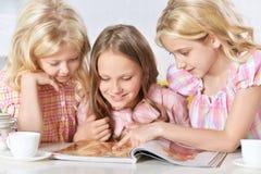 Μικρά κορίτσια που διαβάζουν το περιοδικό Στοκ Εικόνα