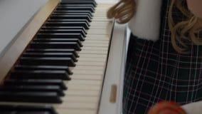 Μικρά κορίτσια που μαθαίνουν να παίζει το πιάνο φιλμ μικρού μήκους