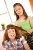 Μικρά κορίτσια που παίζουν με το ύφος τρίχας στοκ φωτογραφία με δικαίωμα ελεύθερης χρήσης