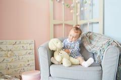 Μικρά κορίτσια που παίζουν στο σπίτι για τις κούκλες με την αρκούδα Στοκ φωτογραφία με δικαίωμα ελεύθερης χρήσης