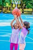 Μικρά κορίτσια που παίζουν την καλαθοσφαίριση Στοκ Εικόνες