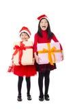 μικρά κορίτσια που παρουσιάζουν κιβώτιο δώρων Χριστουγέννων Στοκ Εικόνα