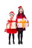 μικρά κορίτσια που παρουσιάζουν κιβώτιο δώρων Χριστουγέννων Στοκ εικόνες με δικαίωμα ελεύθερης χρήσης