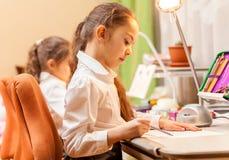 Μικρά κορίτσια που σύρουν τις εικόνες Στοκ φωτογραφία με δικαίωμα ελεύθερης χρήσης