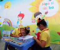 Μικρά κορίτσια που χρωματίζουν στο σχολείο σε Saigon, Βιετνάμ Στοκ Εικόνες