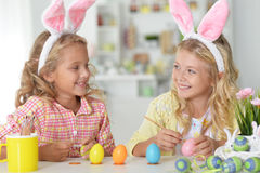 Μικρά κορίτσια που χρωματίζουν τα αυγά Πάσχας Στοκ Εικόνες