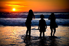 Μικρά κορίτσια σε ένα ηλιοβασίλεμα Στοκ Εικόνες