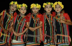 Μικρά κορίτσια στην εθνική ενδυμασία στις παρακαλώ παραδοσιακές θεότητες στοκ εικόνα με δικαίωμα ελεύθερης χρήσης