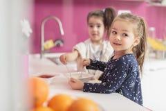 Μικρά κορίτσια στην κουζίνα Στοκ φωτογραφία με δικαίωμα ελεύθερης χρήσης
